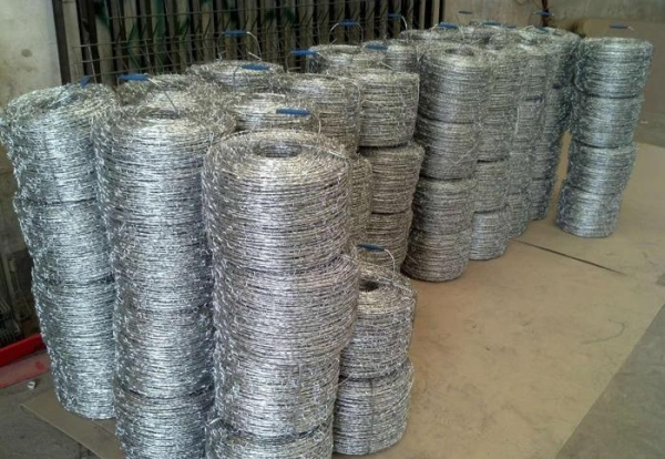 chain link fence top barbed wire - 46091122